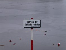 """Betreten der Eisfläche verboten"" (Not permitted to step out on the ice)"