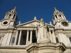 Queen Anne in front of St Paul's Cathedral